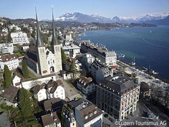 甘いヨーロッパを歩く〜スイス、ルツェルンの梨ロールパンx ゴールデングースのハイカットスニーカー