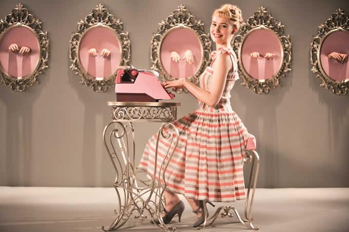 映画と靴「タイピスト!」可憐なデボラ・フランソワと美貌のベレニス・ベジョ、2大女優の対極的ファッション