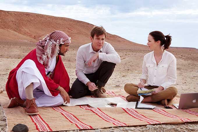 「砂漠でサーモン・フィッシング」オフィスでも砂漠でも知的でキュートなエミリーブラントの技ありシューズコーデ