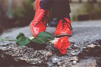 足元美人を探せ!金髪美人がモードを語る、魅惑カラー「赤」の使い方