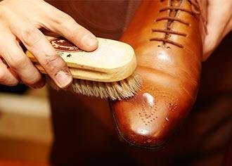 【プロに聞くシューケア】大切な革靴の雨対策Part2:プレケアと防水スプレー