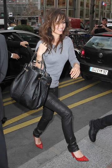 トッズのシグネチャートートバッグを持ったキレイめな雰囲気のベレニス・マー... トッズのシグネチ