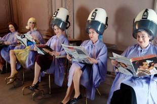 映画と靴「屋根裏部屋のマリアたち」20世紀半ばのメイドファッションを新鮮に着こなすナタリア・ベルベケの5スタイル